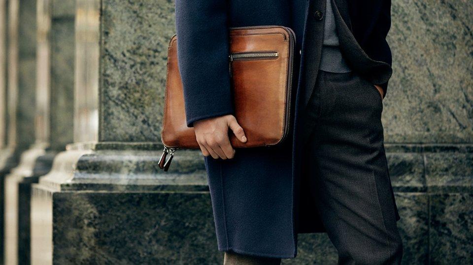 Как носить мужскую сумку?