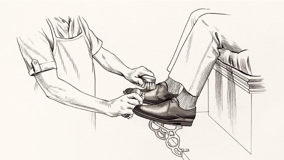 Как правильно чистить кожаную обувь?
