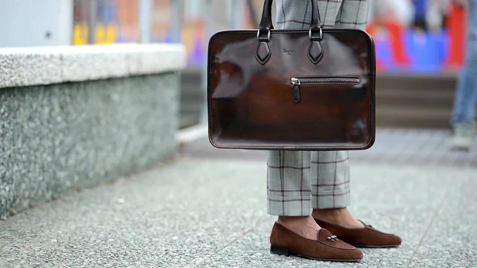 как правильно носить мужскую сумку