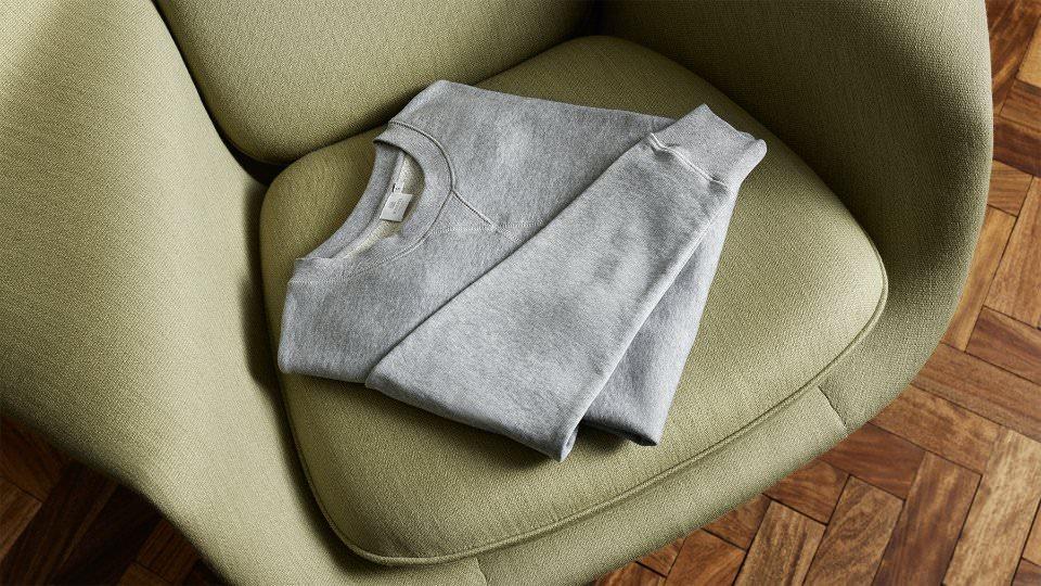 с чем носить серый свитер